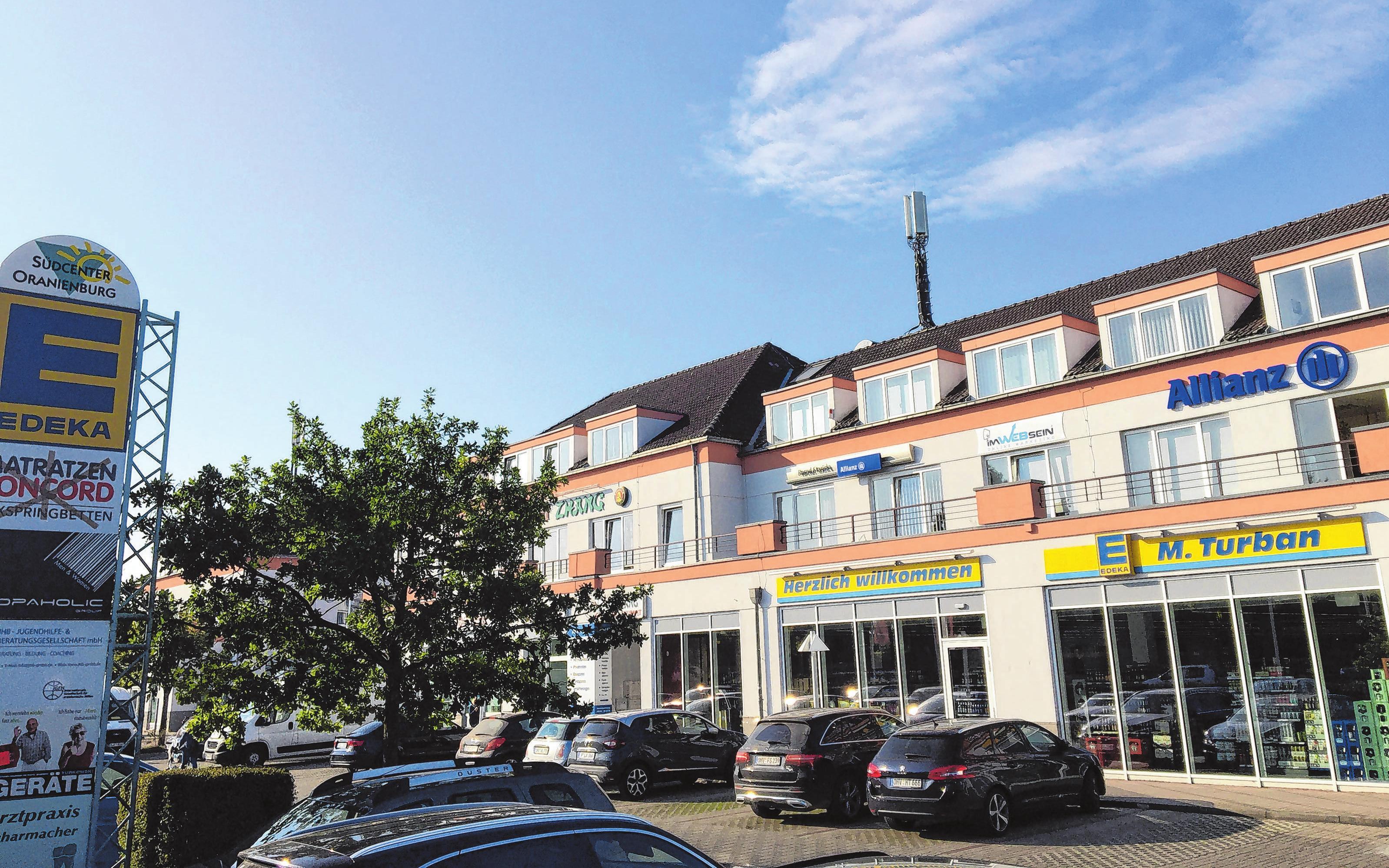 """Madlen Turban eröffnete ihren Edeka-Markt im September 2015. Der Lebensmittel-Vollsortimenter ist sehr gut frequentiert und zieht, ebenso wie Nachbar """"dm"""", Kundschaft an."""