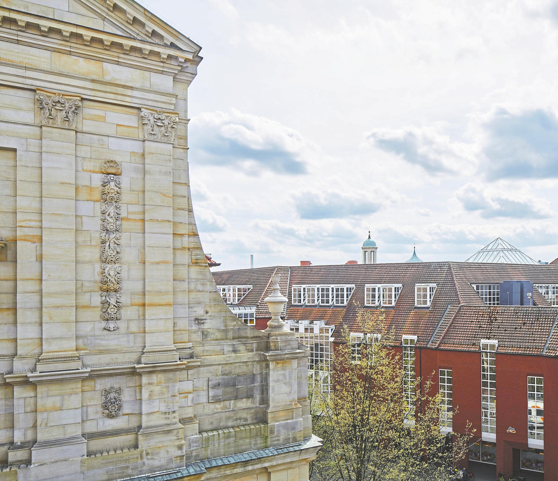 Aus den oberen Etagen der Praxis hat man einen tollen Blick auf die Innenstadt. Foto: Hanna Neander