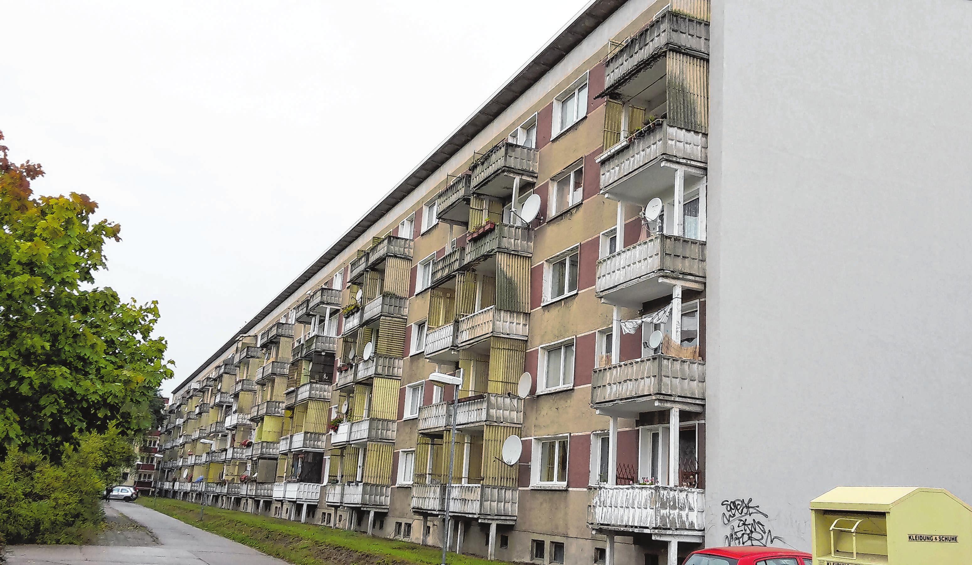 Grau und in die Jahre gekommen: Umfangreiche Bauarbeiten schaffen in dem Wohnblock nun ein angenehmes Lebensgefühl. Fotos (2): IBK Ingenieurbüro Kelling