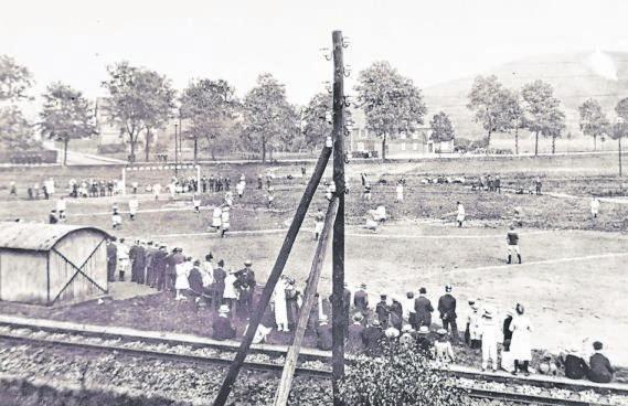 Einen Teil des Heugrabens nutzten die Kreuztaler Anfang des 20. Jahrhunderts als Sportplatz. Die Aufnahme zeigt im Vordergrund die Bahnschienen, der Blick geht Richtung Roonstraße. Foto: Archiv