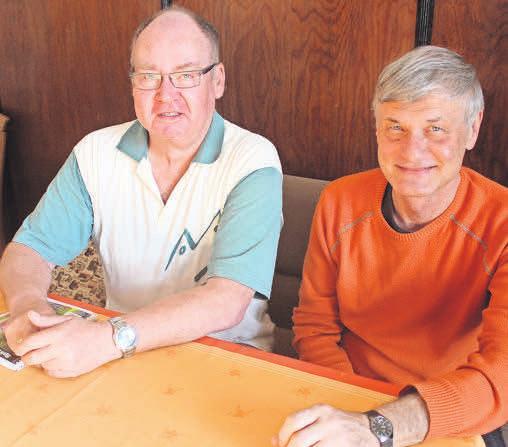 Vorstandsmitglied Holger Glöde (links) und der Badeteich-Vereinsvorsitzende Michael Heinze. Foto: Dirk Hoffmann