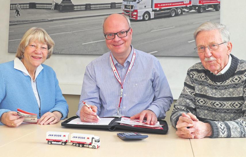 Umzugsberater Patrick Pulfer (Mitte) mit Helga und Rolf Bahruth. Das Ehepaar ist mit der Spedition Jan Bode umgezogen Foto: wb