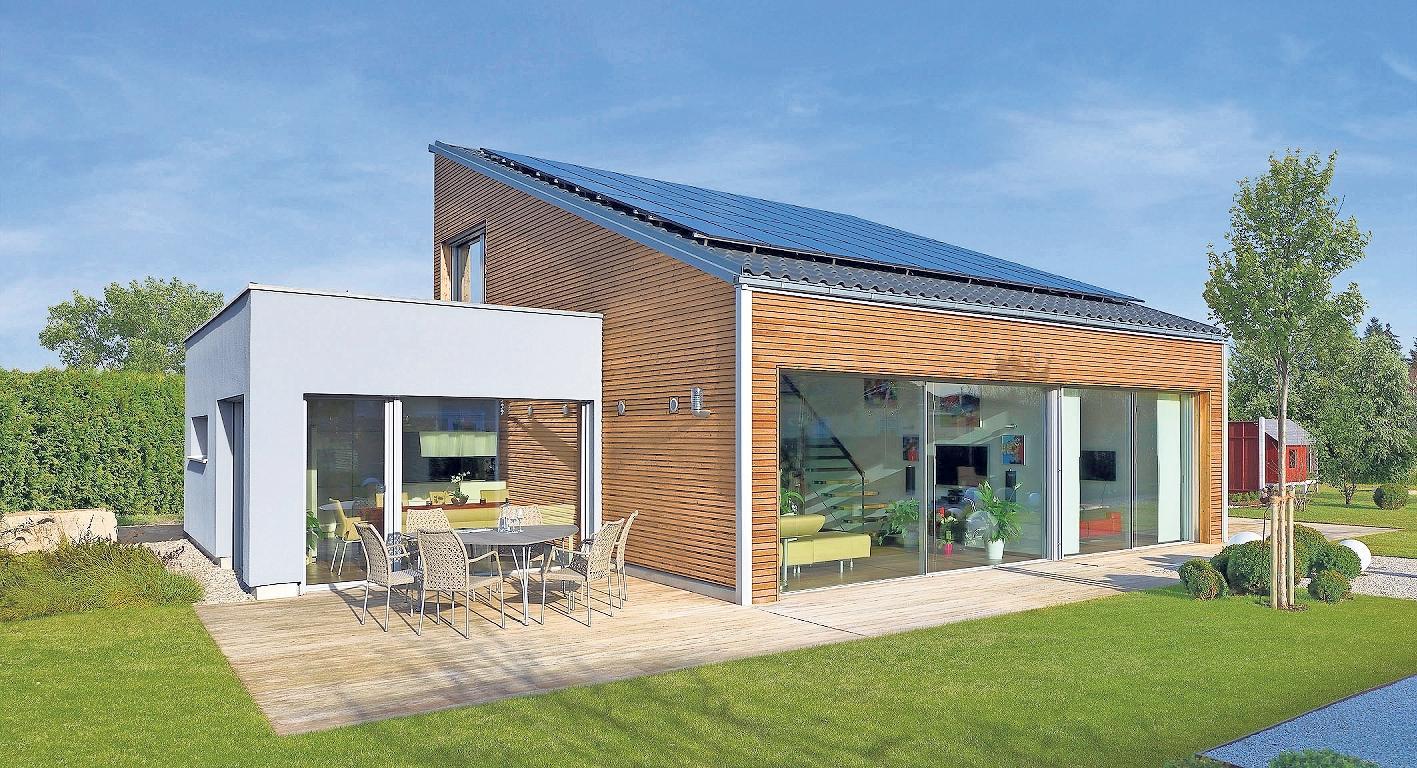 Kleines Holz-Fertighaus mit Pultdach, Photovoltaikanlage und Terrasse. Foto: BDF/Baufritz