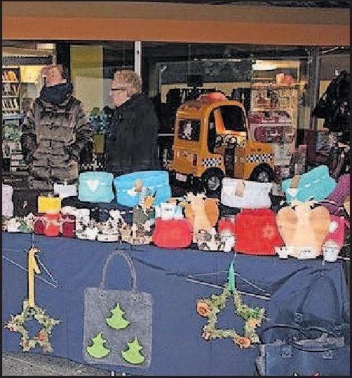 Türkränze und Taschen: auf dem Weihnachtsmarkt können Besucher Geschenke und Accessoires kaufen. FOTO: KELLER/FREI