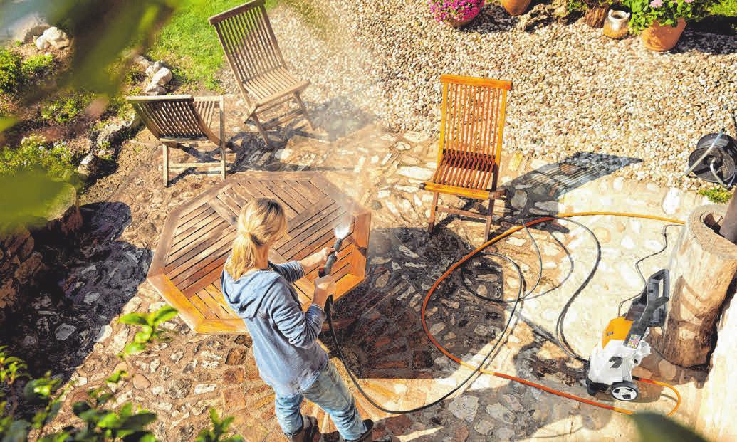 Bevor sie in ihr Winterlager umziehen, bekommen auch die Gartenmöbel eine gründliche Reinigung. Fotos: Stihl/DJD