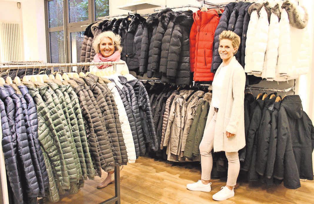 Für jede Kundin die richtige Jacke finden – das ist die Mission der Fehling-Modeberaterinnen Bettina Rohlfs (links) und Stefanie Voigtmann.