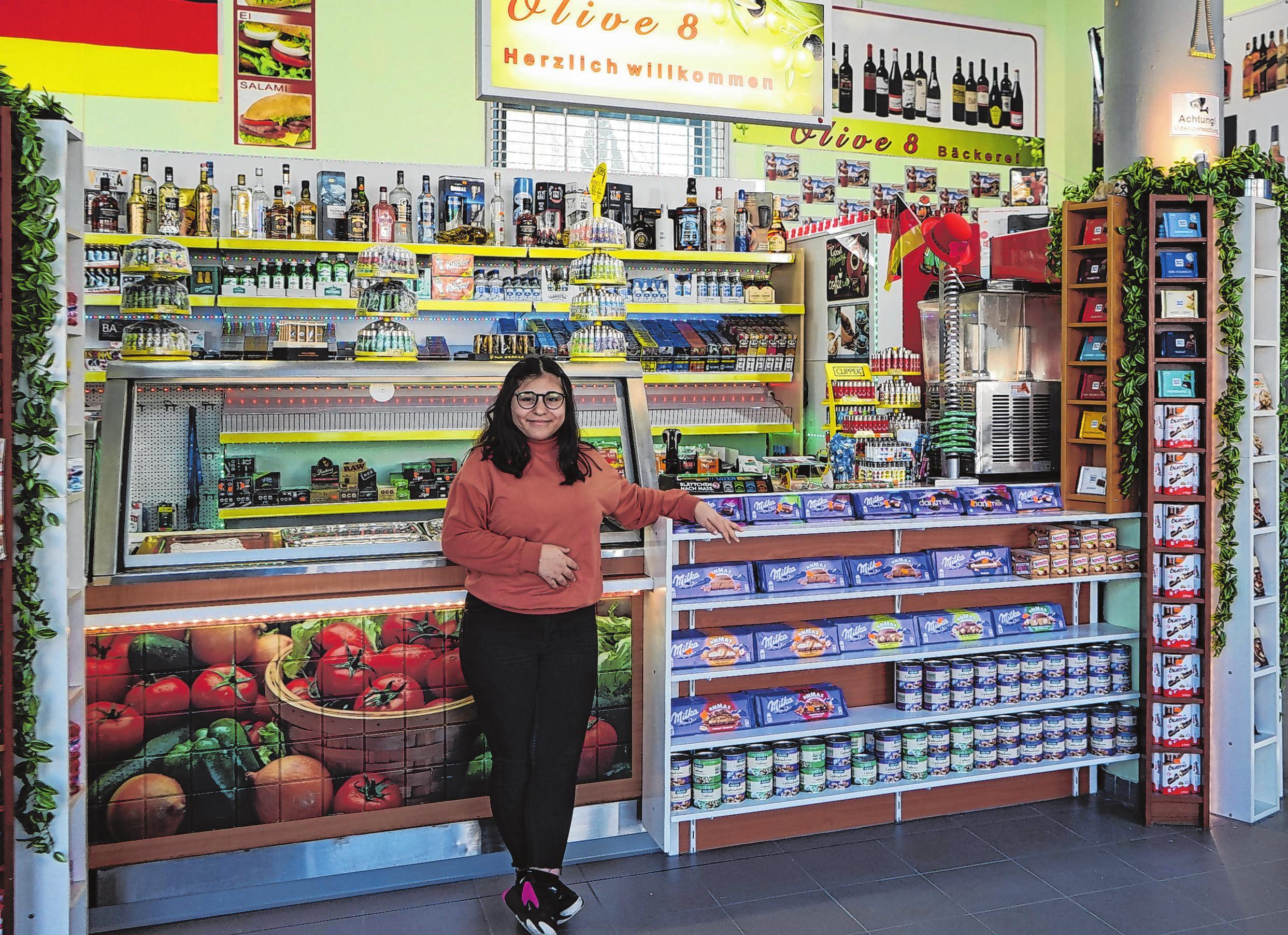 """Aylin Mutlu begrüßt im neueröffneten """"Olive 8"""" am Dresdener Platz die Kunden. Fotos (2): Andrea Steinert"""