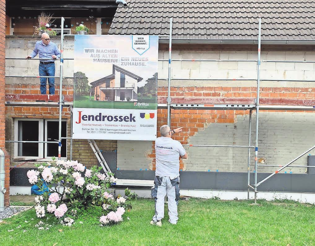 Asbestplatten aus früheren Zeiten werden während der Sanierung der Fassade fachgerecht entsorgt.