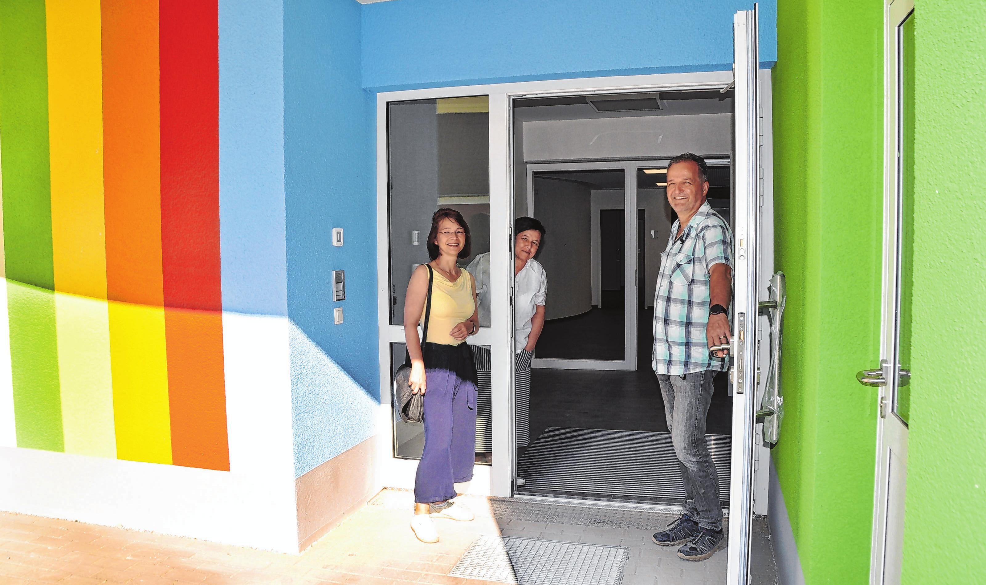 Simone Paetsch von der Wohnungswirtschaft GmbH, KitaLeiterin Annette Rutkowski und Thomas Schütte vom Fürstenwalder Ingenieurbüro Jürgen Schütte GmbH (v.l.n.r.) freuen sich schon auf die Eröffnung der neuen Kita