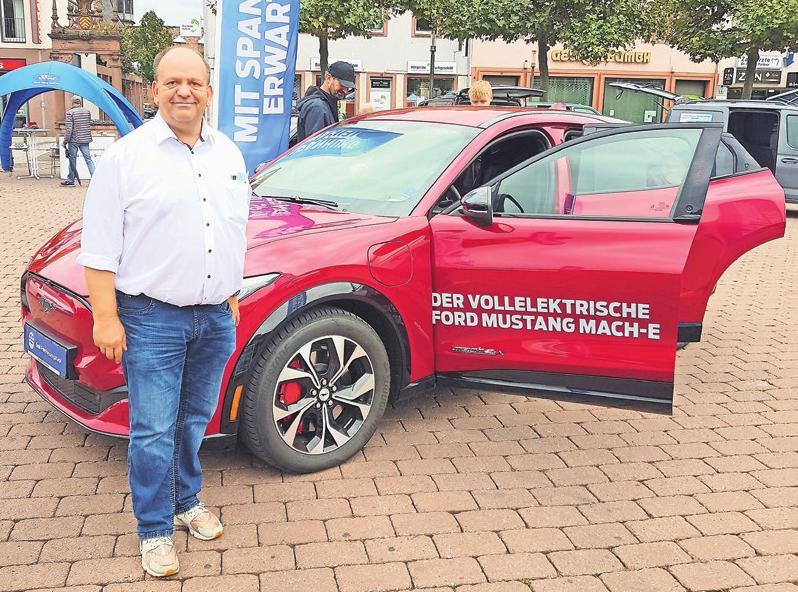Steffen Paul vom Autohaus Emil Frey Hessengarage aus Hanau zeigt den neuen Ford Mustang Mach-E.
