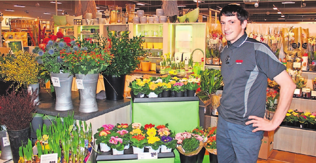 Marktinhaber Felix Bär an der Floristikabteilung im Helmbrechtser Rewe-Markt. Foto: wb