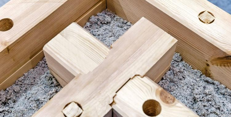 Wandelemente aus Holz, gefüllt mit Zellulose und Holzfasern, können eine Alternative zum Beton sein. Foto: Markus Scholz/dpa-tmn