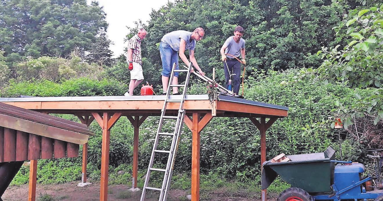 Auf dem Spielplatz in Gutow haben die Einwohnerinnen und Einwohner in Eigenregie einen neuen Unterstand gebaut. Er wird zum Dorffest eingeweiht. Foto: Mandy Krüger