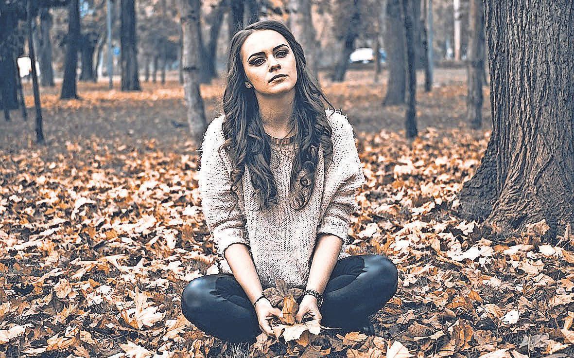 Mit speziellen Wahrnehmungsübungen kann das Gehör geschult werden. Sie helfen dabei, sich auf angenehme Geräusche wie das Knistern von Blättern unter den Schuhen zu fokussieren.