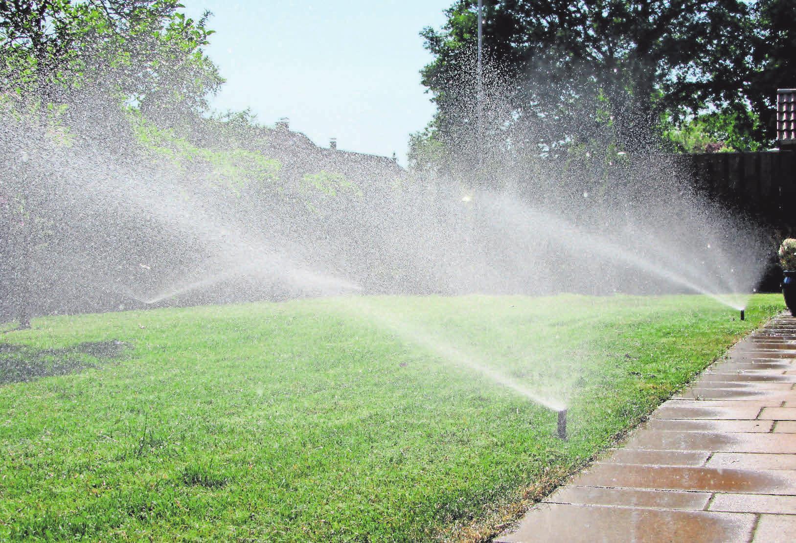 Mit Bewässerungsanlagen bekommt der Rasen die richtige Menge Wasse.