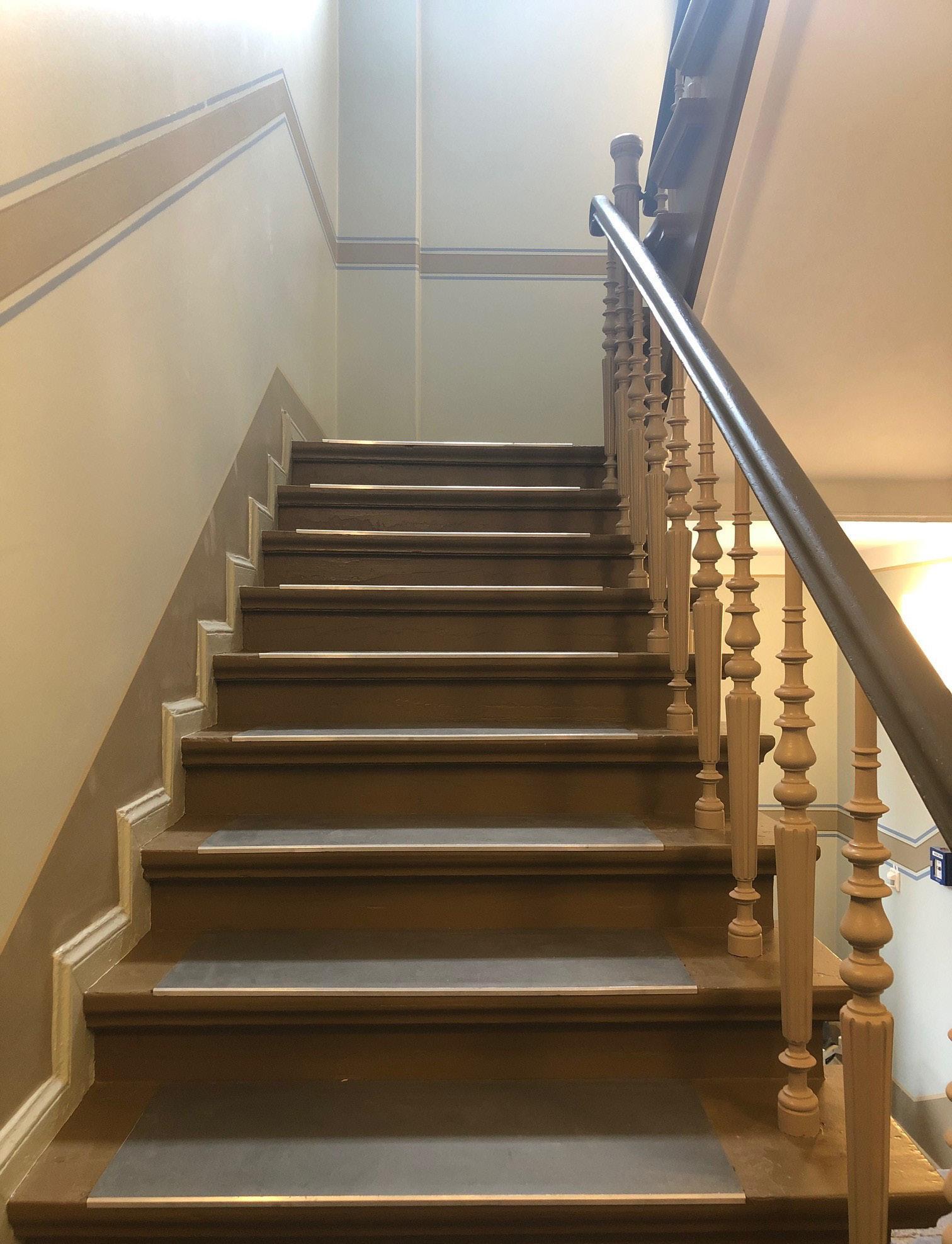In den Umbau wurde viel Geld investiert. Eine sanierte Treppe im Gebäude.