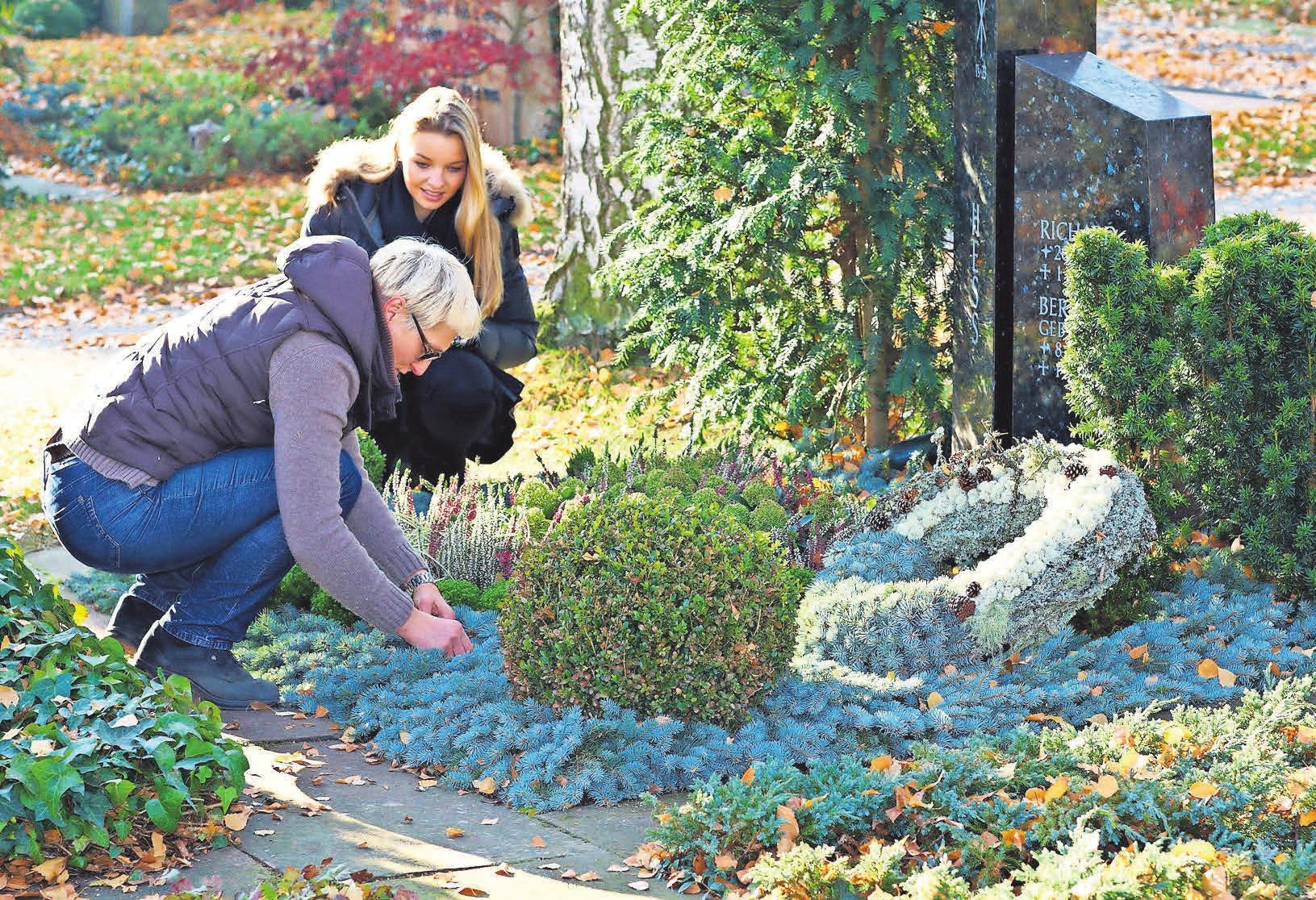 Friedhof im Herbst: Der Kranz ist ein Symbol für das ewige Leben und die Unendlichkeit. FOTO: BDF