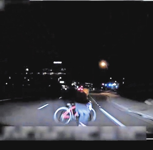 Das von der Polizei Tempe herausgegebene Bild aus einem Video, das eine fest installierte Kamera aufgenommen hat, zeigt den Moment kurz bevor ein selbstfahrendes Auto von Uber eine Frau anfährt. Das Video zeigt, wie der Fußgänger kurz vor dem Aufprall aus einem dunklen Bereich auf die Straße tritt.FOTO: TEMPE POLICE DEPARTMENT