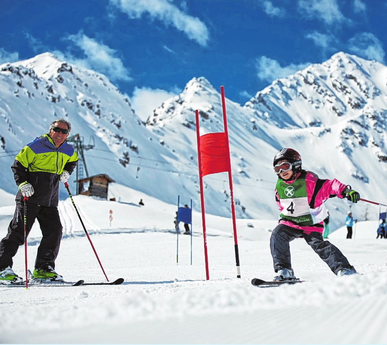 Bei Olympiasieger Gustav Thöni entdecken auch die Kleinen die Liebe zum Skifahren. FOTO: BELLA VISTA (ENNO KAPITZA)