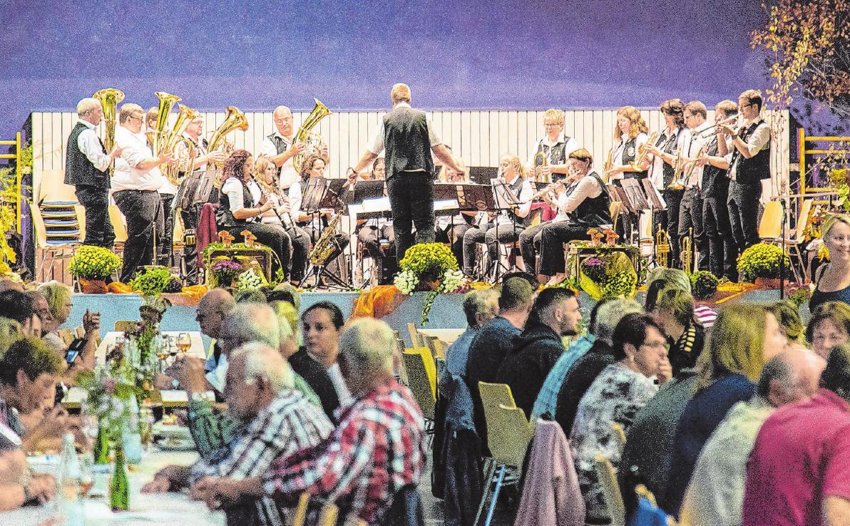 Auf der Bühne und im Saal ist zum Fest in Fichtenberg viel los. Fotos: Archiv/Karl-Heinz Rückert