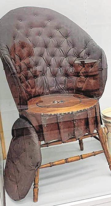 Um 1900: Diesen Toilettenstuhl in Form eines gepolsterten Sessels gab es für 25 Mark. Zur Benutzung mussten Sitzfläche und Holzdeckel abgenommen werden.