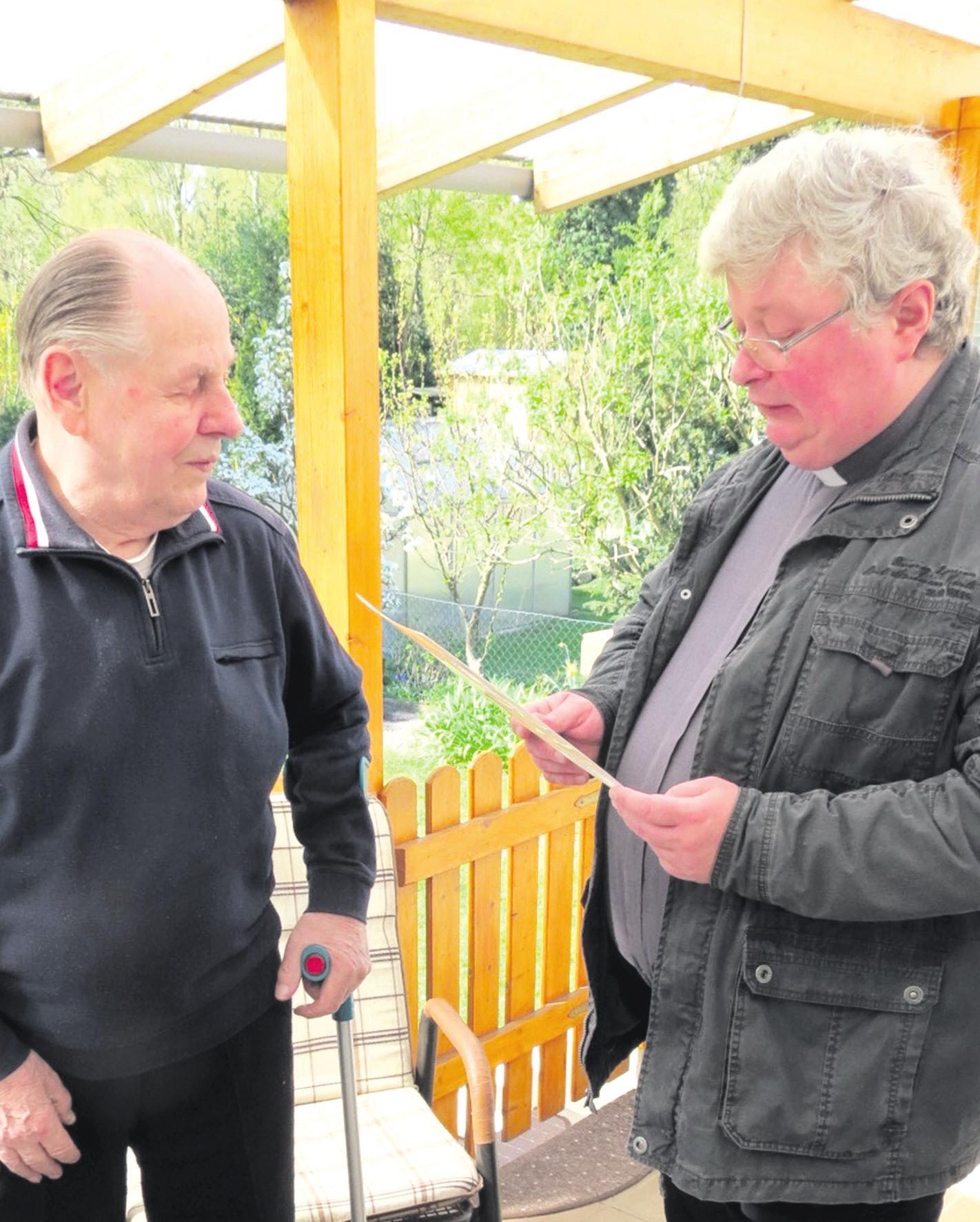 Präses Pater Andrzej Tenerowicz mit dem Jubilar Werner Debertin (links). Foto: Bernhard Kolle