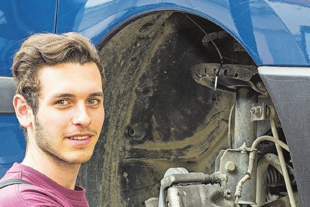 Lernender Sandro Wüst bei der Arbeit. Die Auswahl an Fahrzeugen ist ein Paradies für angehende Mechatroniker. Bild: zvg