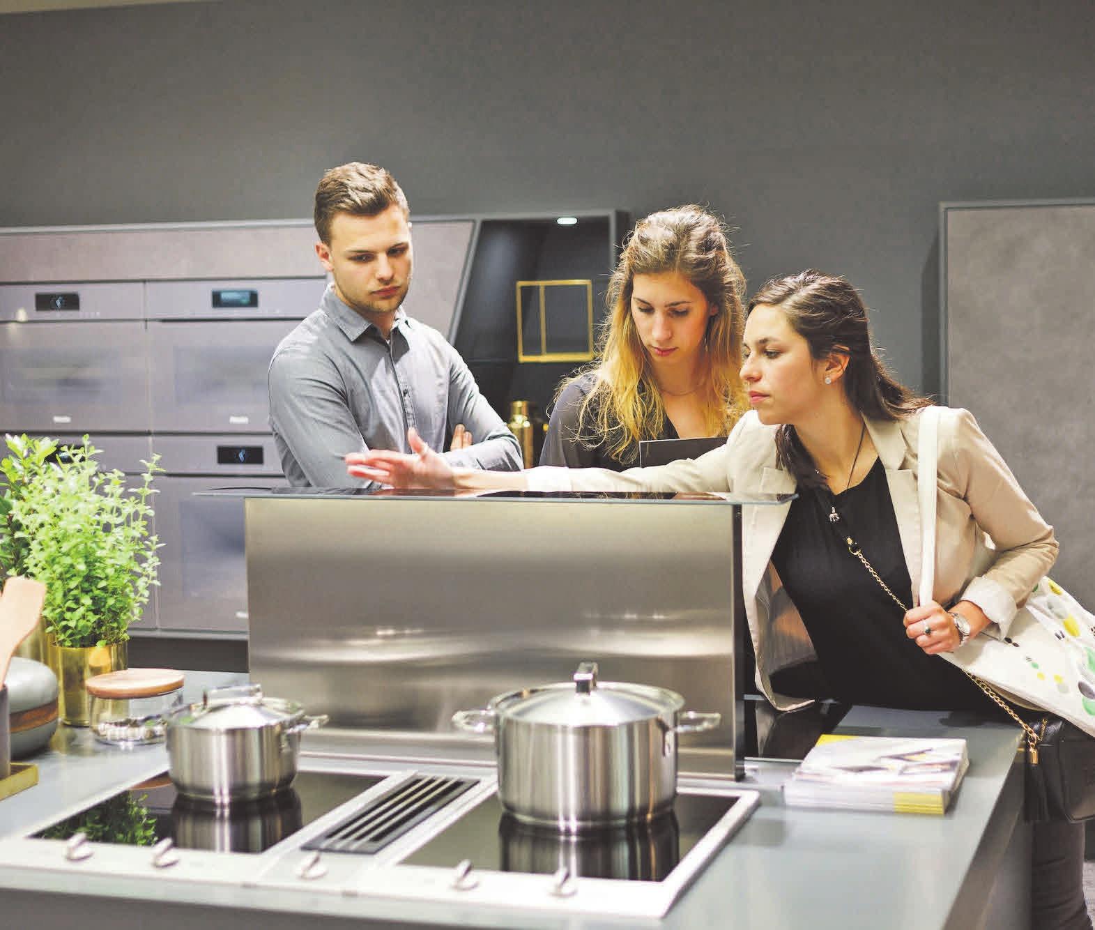 Die Einrichtungsbranche macht gute Umsätze – das lässt zukunftssichere Jobs in der Kundenberatung und Management erwarten. Foto: djd/Fachschule des Möbelhandels