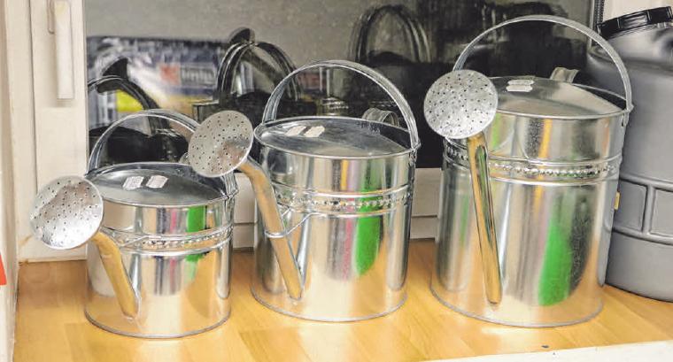 Neben Elektrogeräten gibt es beispielsweise auch Gießkannen und Teller in Leutkirch-Optik.