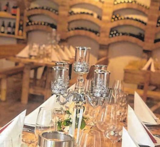 Sehr edel und doch angenehm rustikal ist der Weinkeller des Hauses eingerichtet.