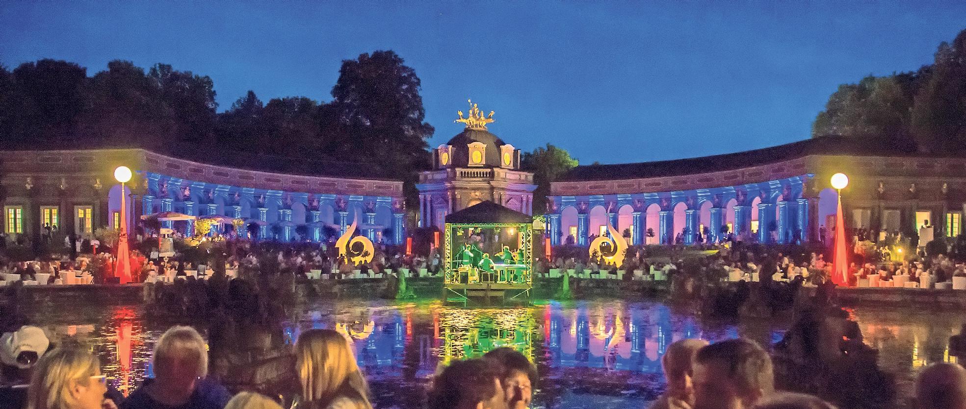Am Samstag ab 19 Uhr spielt auf der Bühne an der Orangerie die Matthias Witt Band. Nach Einbruch der Dunkelheit herrscht dort stimmungsvolles Ambiente. Foto: Andreas Harbach