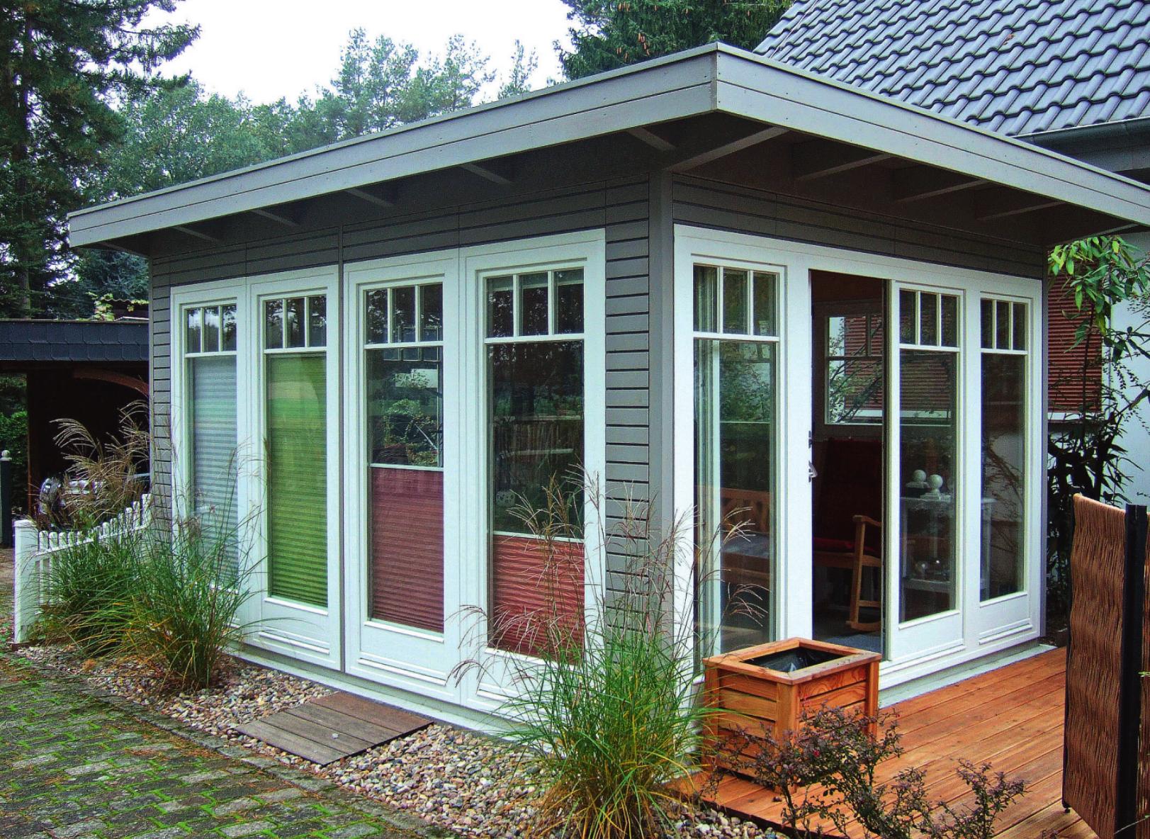 Ein modernes, lichtdurchflutetes und individuell gefertigtes Gartenhaus in Rahmenständerbauweise mit einer Rhombuswandschalung des Herstellers Bertsch Holzbau Foto: Bertsch