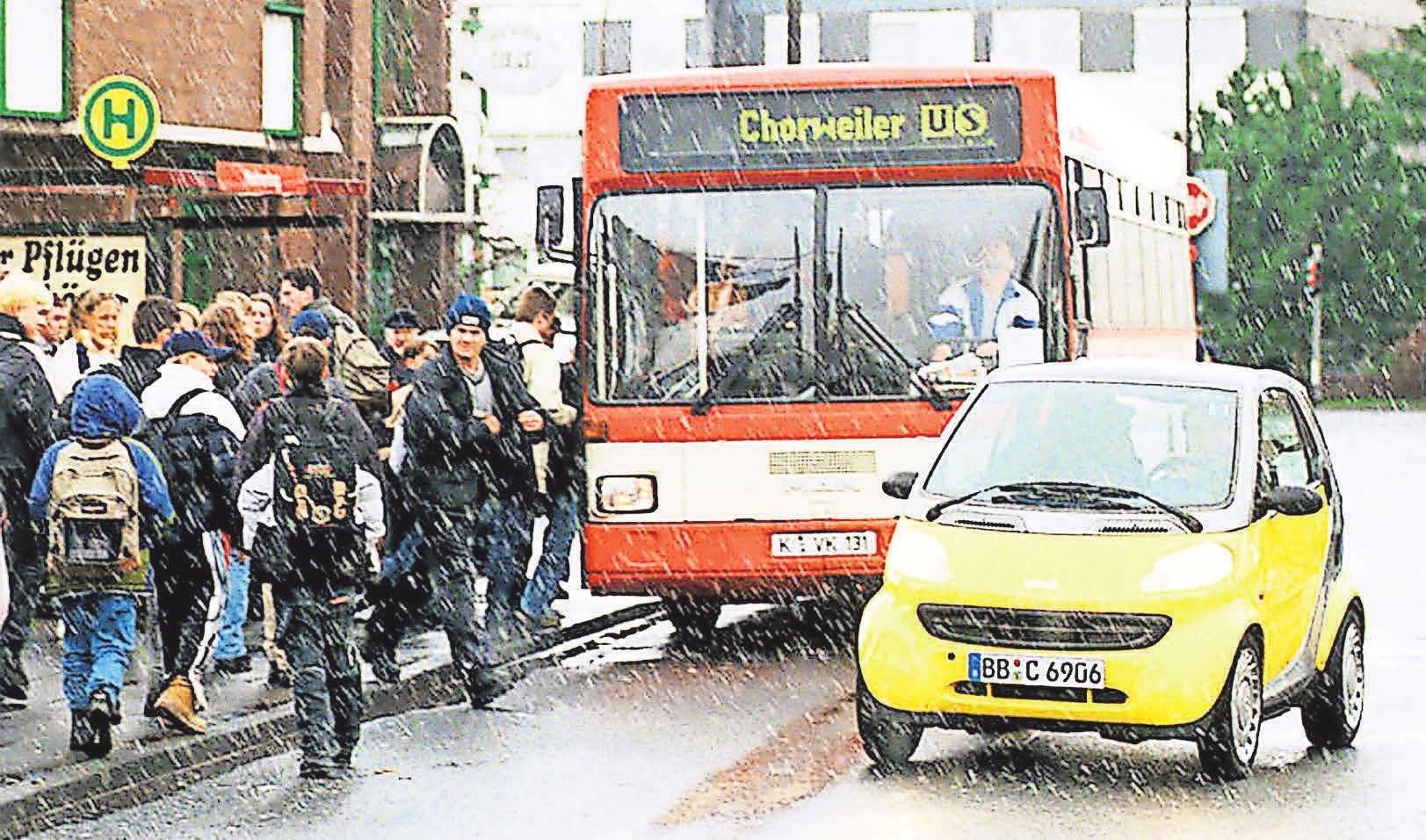 Beim Passieren eines Busses muss man damit rechnen, dass Passagiere über die Straße laufen. Foto: dpp-Autoreporter