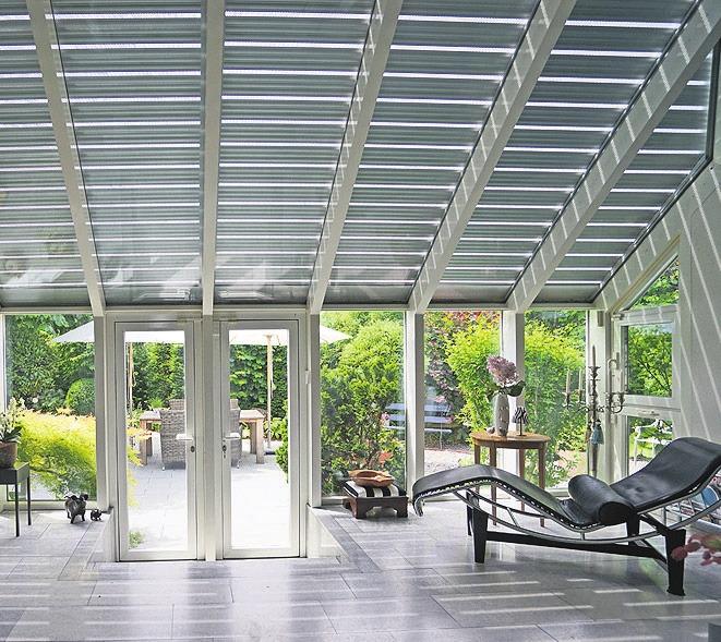 Rollläden können auch Glasflächen im 45-Grad-Winkel vor Unwetter schützen. Foto: djd/Schanz Rollladensysteme