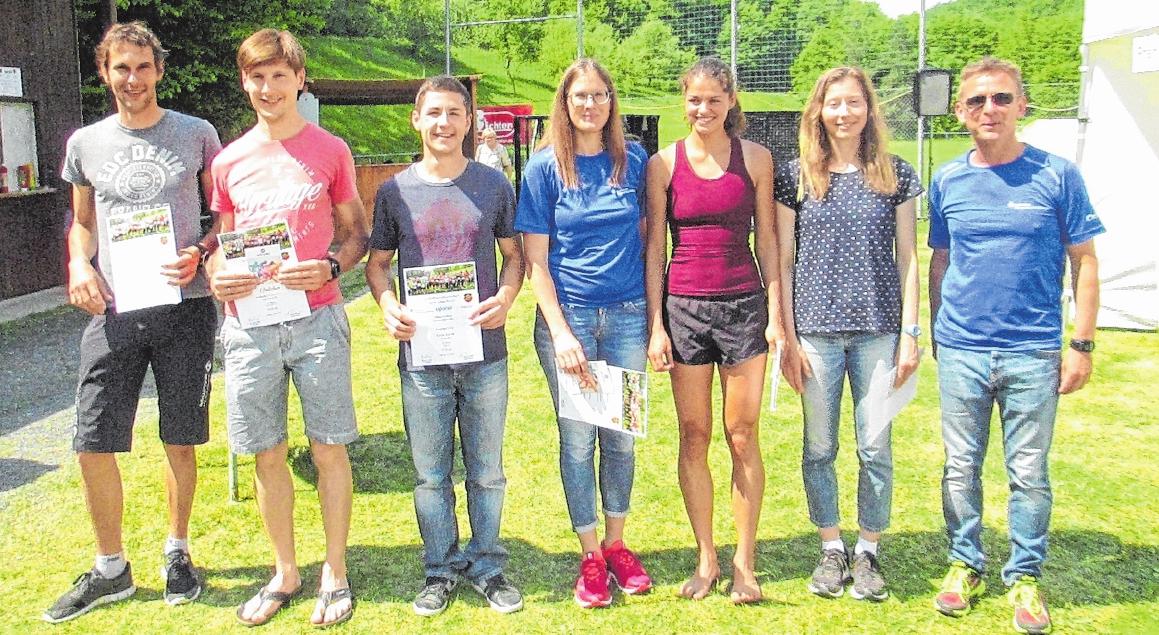 Die Sportlerinnen und Sportler, die beim Hauptlauf im vergangenen Jahr die vorderen Plätze belegten. FOTO: ANDREAS LUDWIG