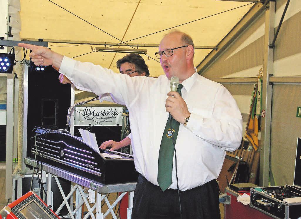 Der Vereinsvorsitzende Edmund Potratz ist auch beim Feiern immer mit dabei.