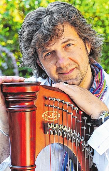 Luigi Parente mit seiner Harfe.FOTO: HACHEM FARMAND