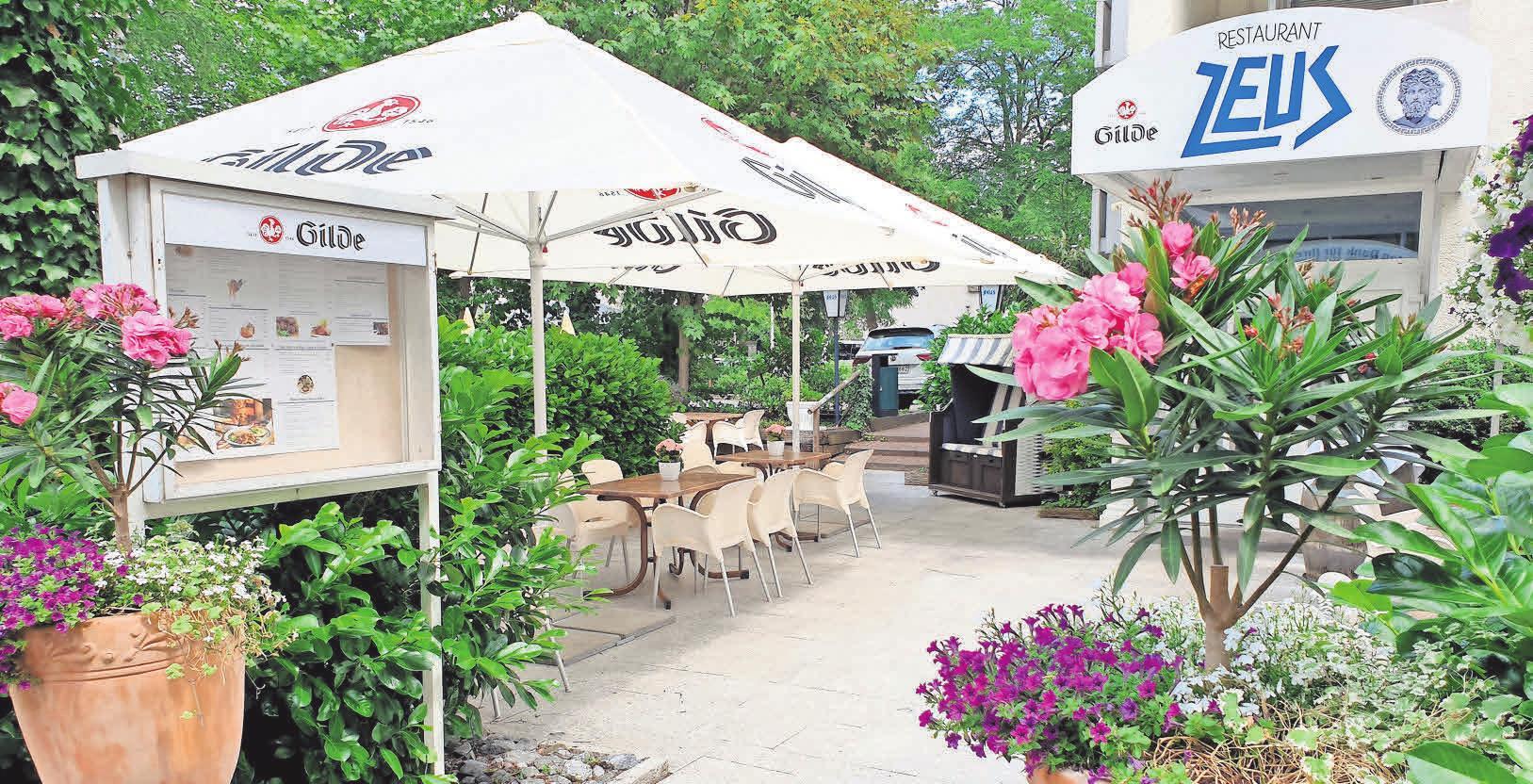 Speisen wie die Götter: Im Restaurant Zeus wird die griechisch-mediterrane Küche bei schönem Wetter auf der Sonnenterrasse des Biergartens aufgetischt.