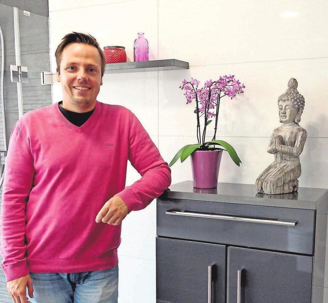 Fliesen für jedes Zuhause: André Schwarz zeigt in der Ausstellung in Malente die Gestaltungsmöglichkeiten mit Fliesen. Foto: LN-Archivl