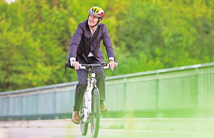 E-Bikes werden längst nicht mehr nur von Senioren, sondern z.B. auch für den Weg zur Arbeit genutzt. Foto: djd/Itzehoer Versicherungen/Getty
