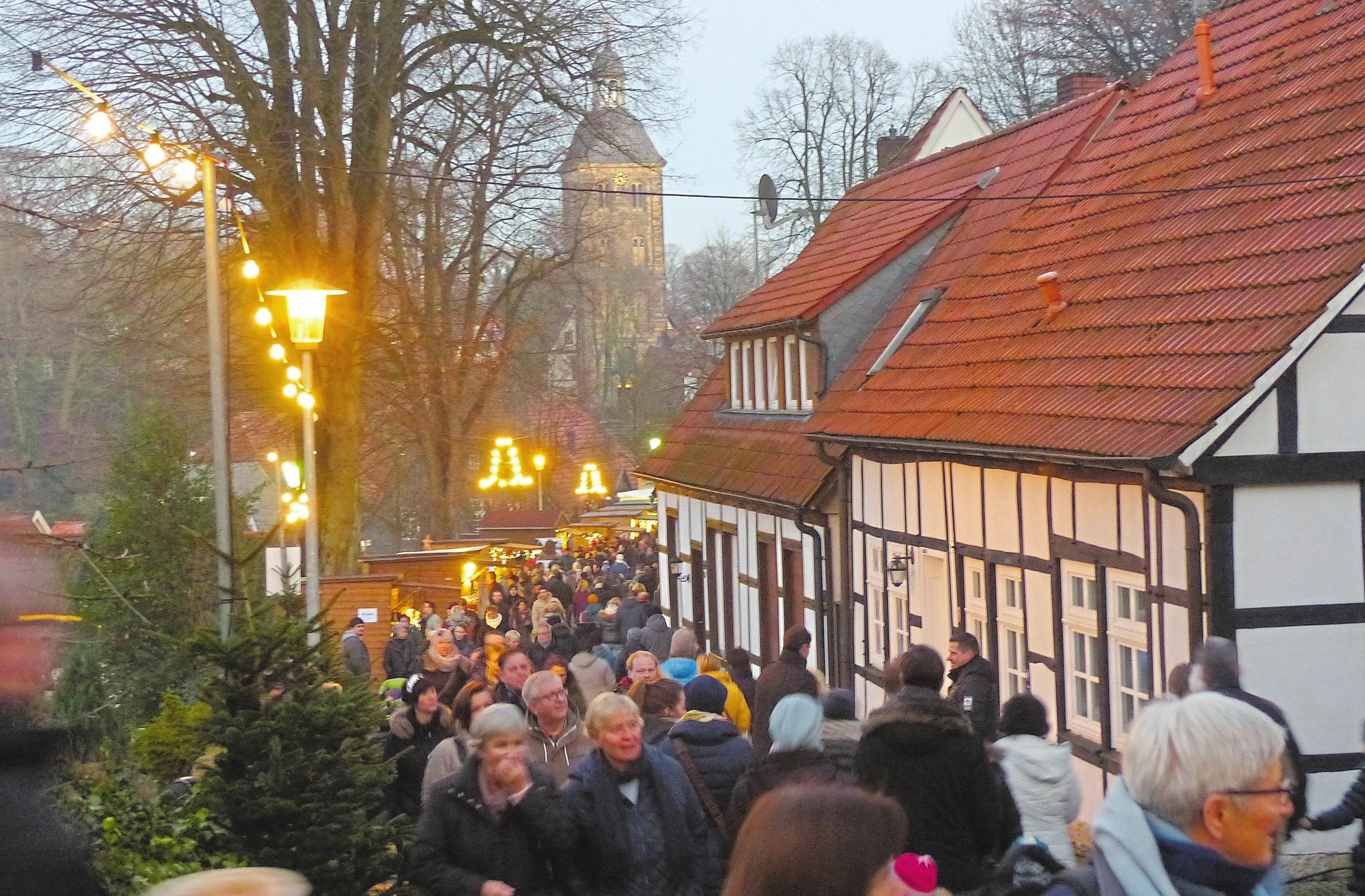 Weil beim Altstadtzauber regelmäßig der Bär steppt und Parkplätze rar sind, verweist die Tecklenburg Touristik auf ihren Shuttle-Service.