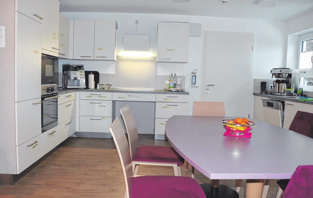 Im gemütlichen Gemeinschaftsraum mit Küche und Wohnzimmer können die Klienten gemeinsam Zeit verbringen. FOTOS: LAR
